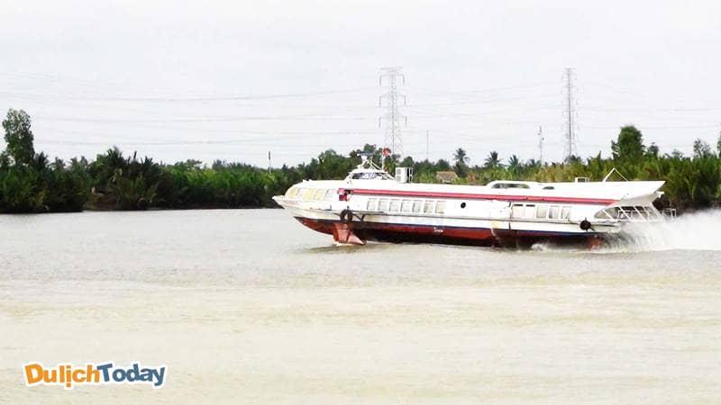 Di chuyển bằng tàu cánh ngầm đến Mũi Nghinh Phong