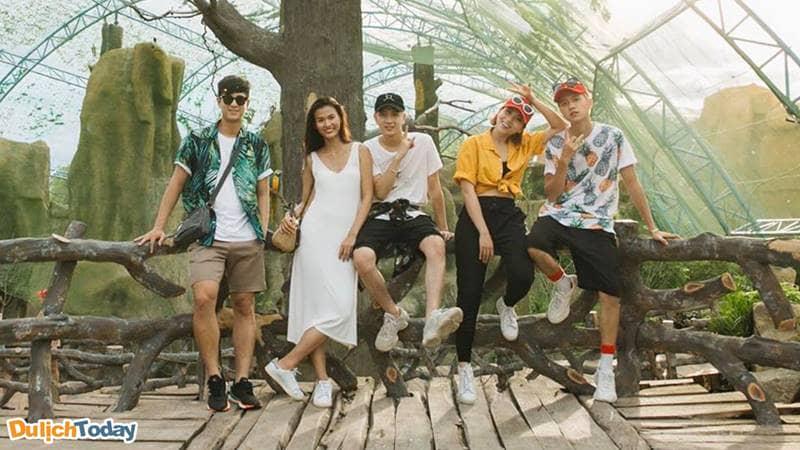 Thoải mái là tiêu chí hàng đầu khi chọn đồ đi Vinpearl Land Nha Trang (Nguồn ảnh _Phí Ngọc Hưng)