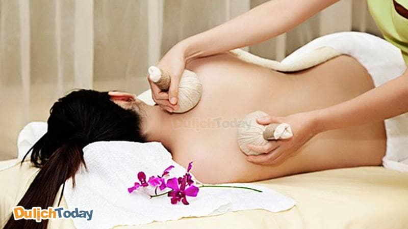 Massage chườm nóng thư giãn cho mẹ bầu tại Green Field Spa