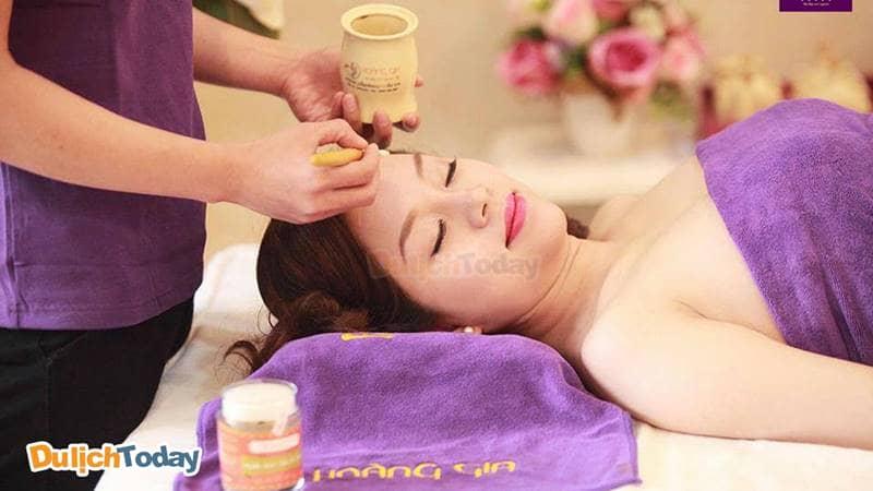 Liệu trình massage bầu ở Hoàng Gia Spa sử dụng những sản phẩm thảo mộc thiên nhiên.
