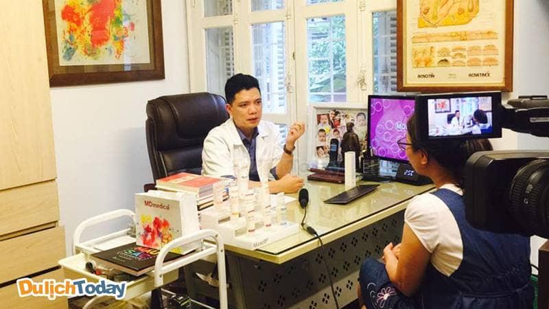 Bác sỹ Quang khám và tư vấn liệu trình chăm sóc da cho khách hàng.