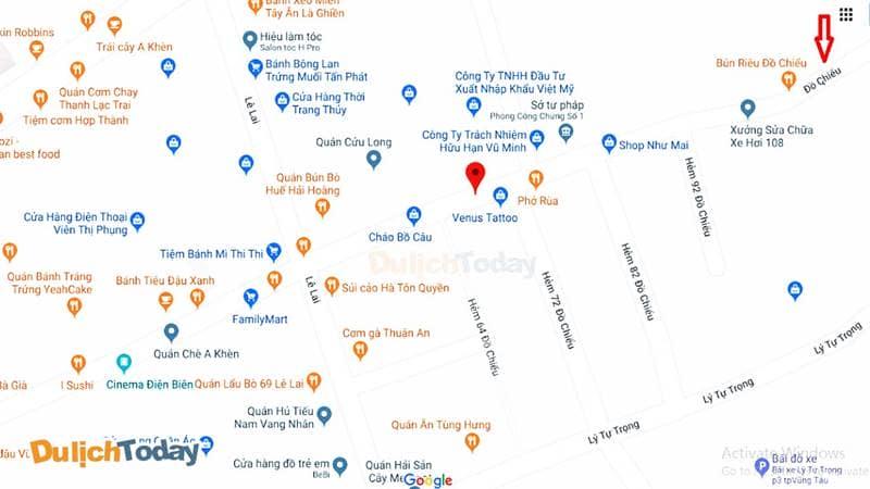 Dọc con đường Đồ Chiểu có rất nhiều quán ăn hai bên ven đường