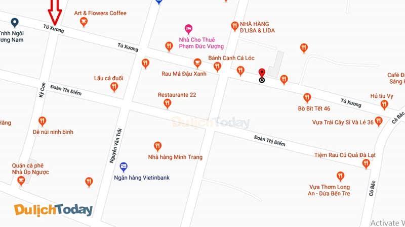 Rất nhiều hàng quán san sát nhau dọc hai bên đường Tú Xương