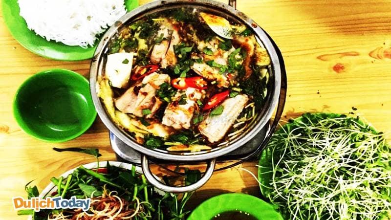 Một suất lẩu cá đuối đầy đủ bao gồm: nước chấm, các loại rau sống và bún