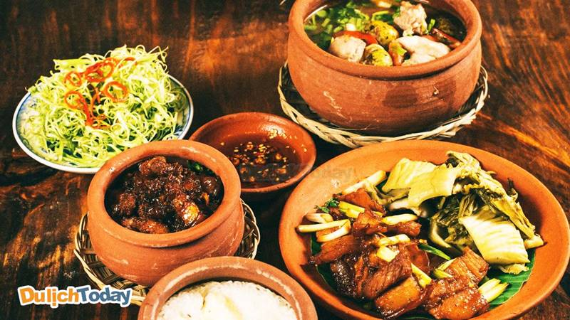 Những món ăn được chế biến theo phương pháp truyền thống tại quán Nhà Lá