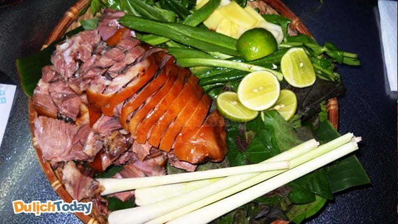 Những đồ ăn kèm không thể thiếu khi ăn thịt cầy: chuối xanh, lá mơ, sả