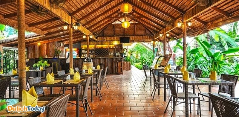 Banana Leaf Bar là nơi phục vụ đồ uống bên cạnh bể bơi