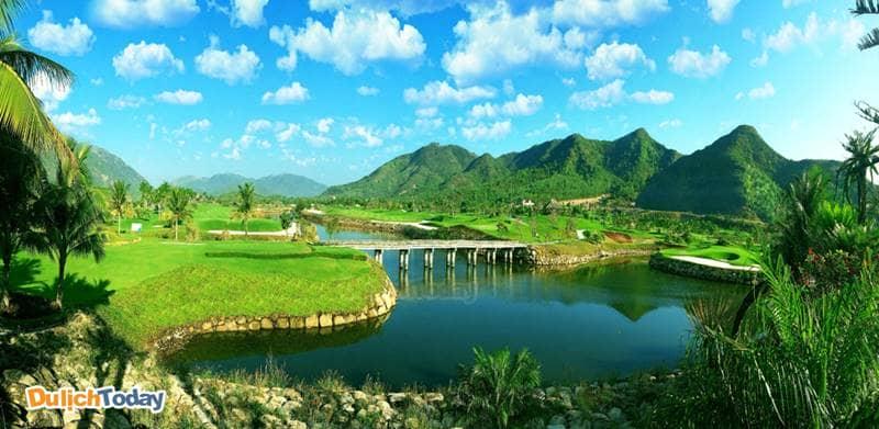 Cảnh quan tại sân Golf xen kẽ thảm cỏ xanh, hồ nước và đồi núi