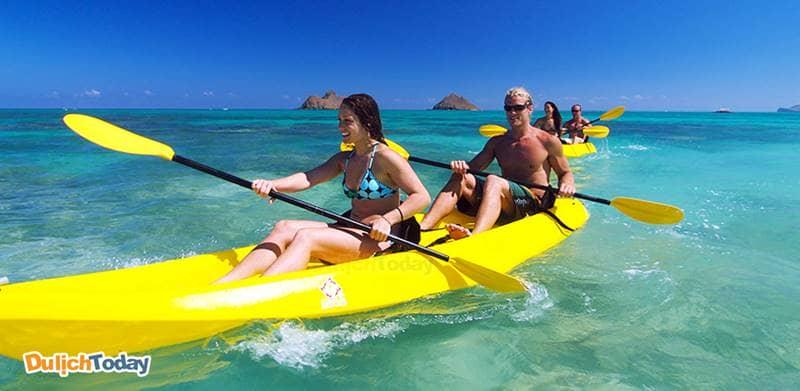 Chèo thuyền Kayak là hoạt động nổi tiếng tại bãi biển Nhũ Tiên