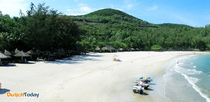 Bãi biển Nhũ Tiên phục vụ du khách nghỉ dưỡng tại Diamond Bay Nha resort