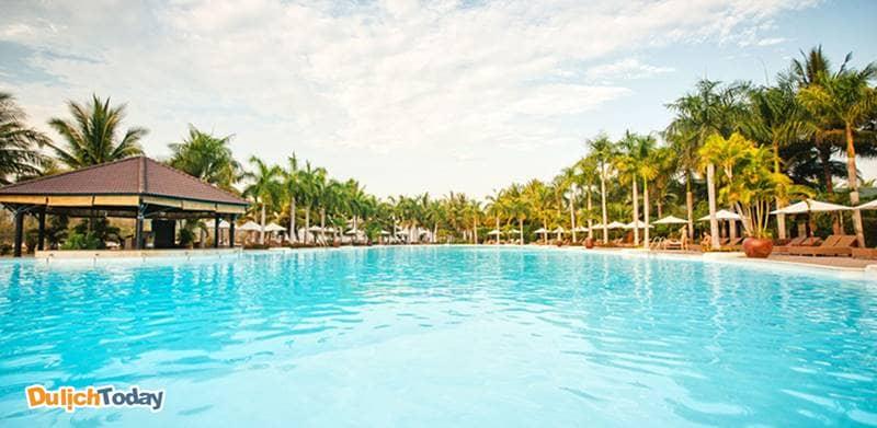 Hồ bơi ngoài trời của Diamond Bay có diện tích lớn nhất Nha Trang
