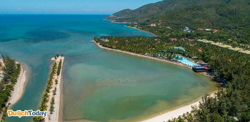 Vị trí của resort được bao bọc bởi biển. đồi núi và rừng