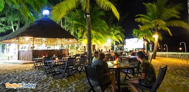 Sandy Bottom là quán Bar nằm ngay trên bãi biển