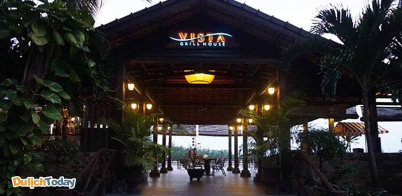 Nhà hàng Vista Grill House phục vụ các món nướng, buffet có tầm nhìn ra biển