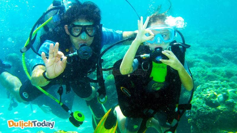 Lặn biển một trong những hoạt động đáng trải nghiệm dành cho du khách trong tour 4 đảo Nha Trang
