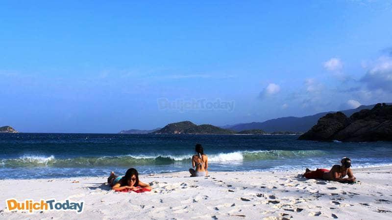 Tắm biển tại đảo Bình Ba