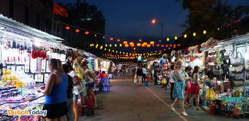 Tản bộ và ăn tối ở Chợ đêm Nha Trang