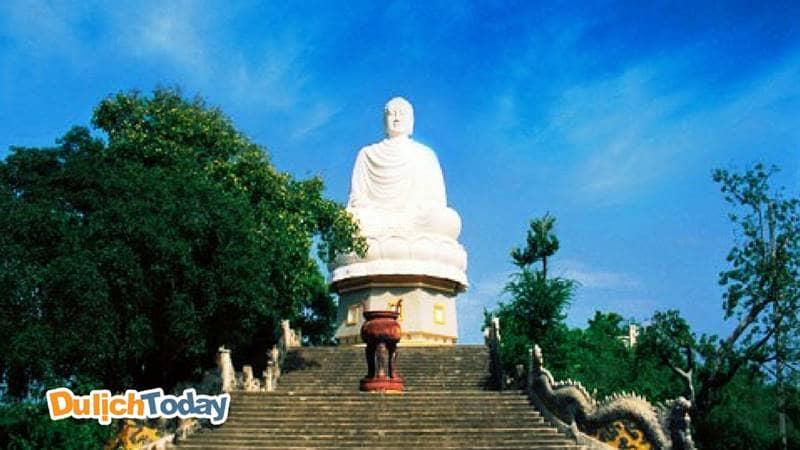 Ghé thăm tượng phật trắng tại chùa Long Sơn khi đến Nha Trang
