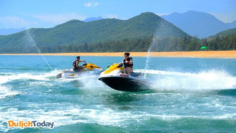 Vui chơi cực đã với trò đua moto nước khi đến Nha Trang du lịch