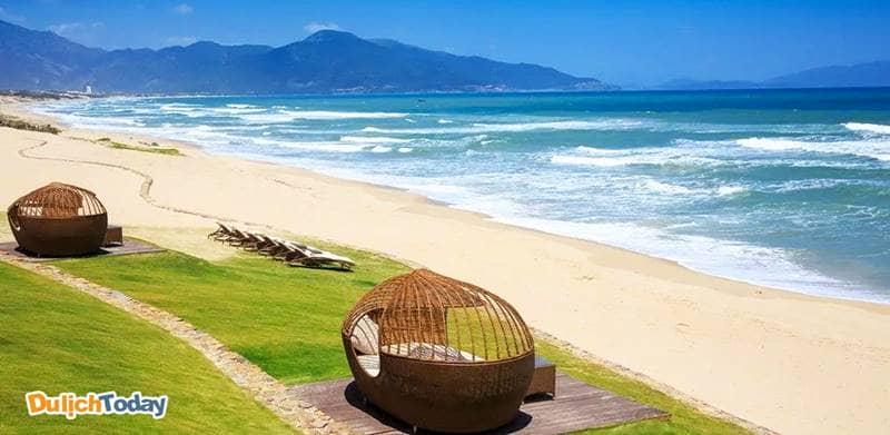 Fusion Resort Nha Trang sở hữu đường bờ biển dài với bãi cát trắng và vẻ đẹp hoang sơ