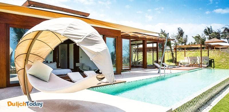 Võng hình mái vòm đặt cạnh bể bơi là hình ảnh đặc trưng của thiết kế tại Fusion Resort Nha Trang