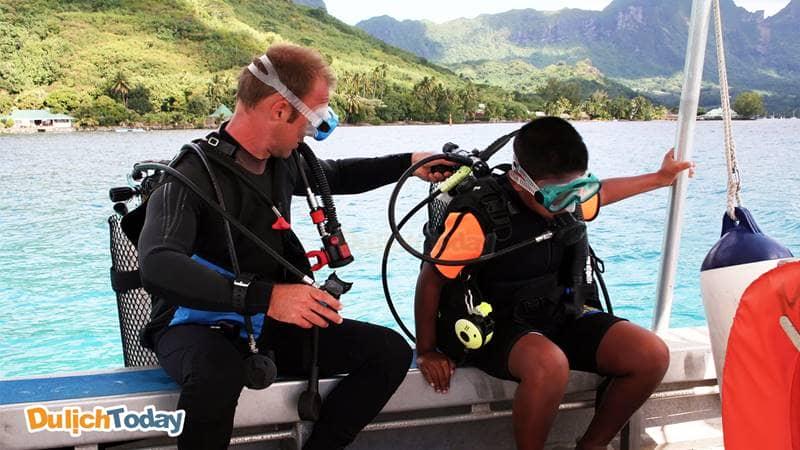 Kiểm tra lại dụng cụ trước khi lặn