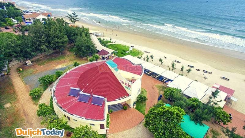 Resort Gió biển nằm ngay trên bãi Sau với khu tắm biển rộng, sạch sẽ
