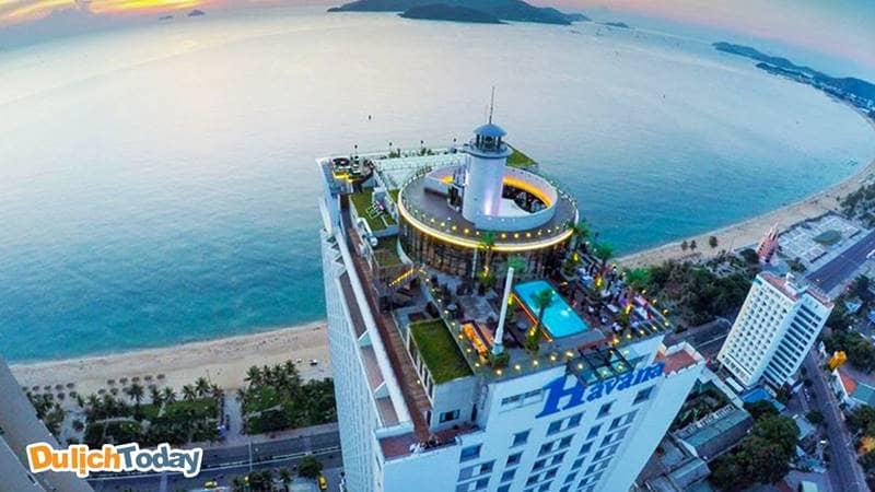 Skylight bar nằm trên tầng cao nhất của khách sạn 5 sao Havana Nha Trang
