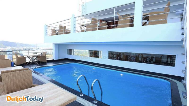 Bể bơi với tầm nhìn tuyệt đẹp trên tầng thượng khách sạn Majestic Nha Trang