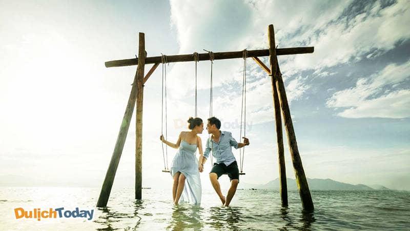 Cặp đôi chụp ảnh cưới tại hồ Đá Xanh