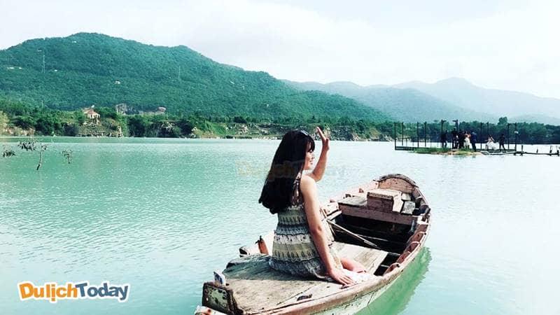 Xung quanh hồ được bao trọn bởi những ngọn núi cao