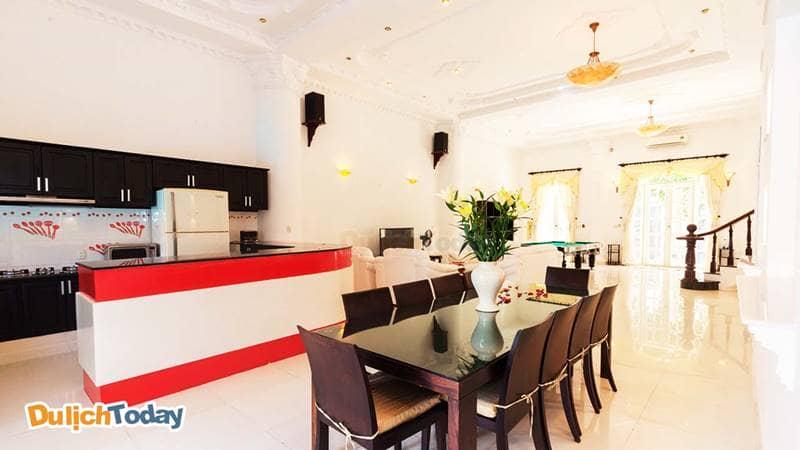 Phòng ăn nối liền với phòng khách tạo cảm giác không gian rộng rãi, thoáng đãng