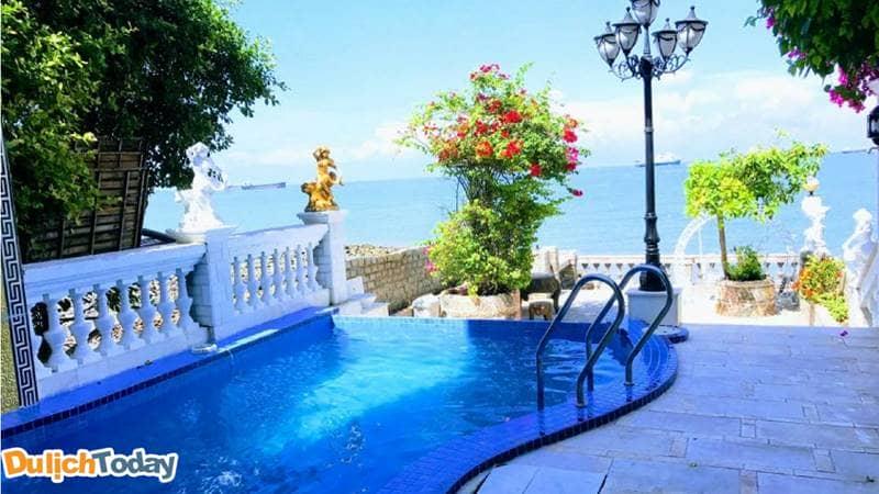 Bể bơi hướng ra biển của Hoàng gia Homestay là một trong những homestay Vũng Tàu có bể bơi đẹp nhất