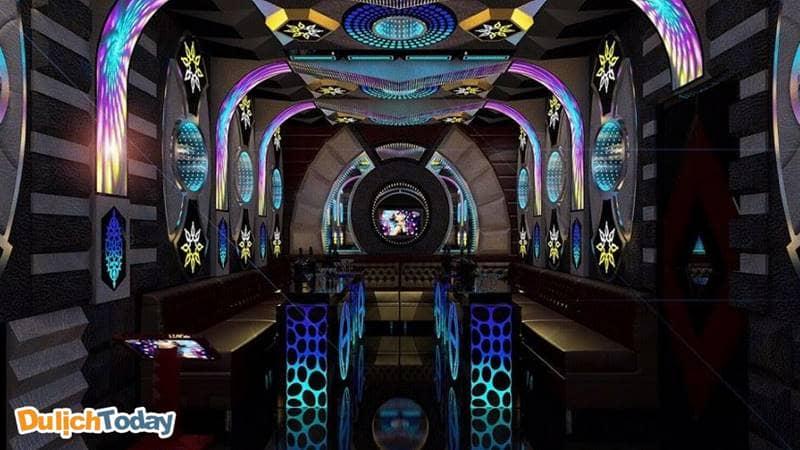 Phòng Karaoke tại Sông Hồng Resort được trang bị hệ thống âm thanh đỉnh cao sẽ mang lại cảm xúc thăng hoa trong âm nhạc của du khách.