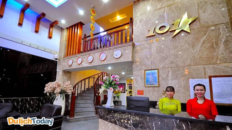 Nhân viên thân thiện tiếp đón du khách tại 101 star hotel