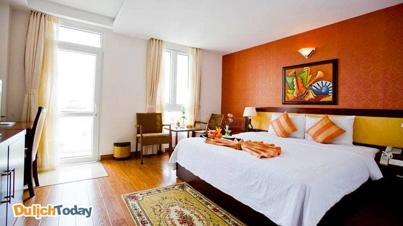 Phòng ngủ của Vương Phố với gam màu ấm nóng
