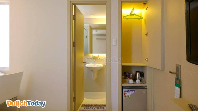 Các phòng được trang bị đầy đủ nội thất như minibar, ấm siêu tốc, tủ đựng quần áo...