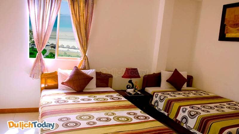 Phòng với cửa sổ nhìn ra biển Nha Trang của Hà Thu hotel