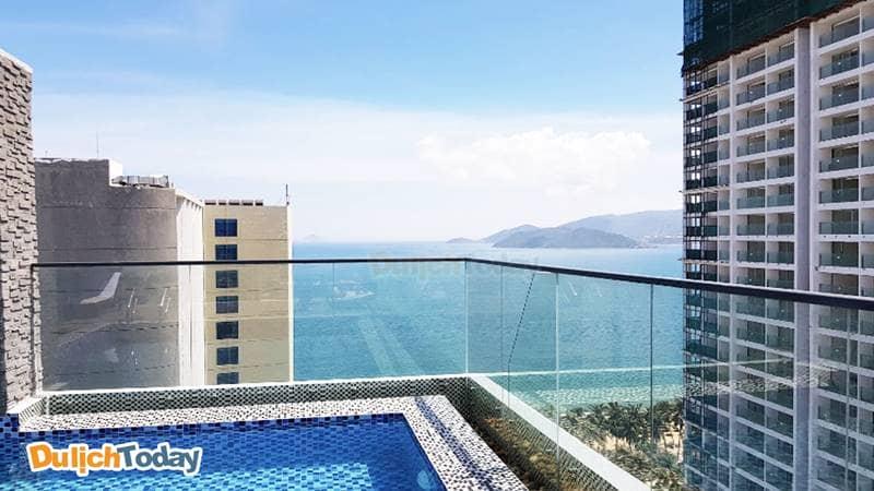 Bể bơi tại Aaron với hướng nhìn ra biển Nha Trang đẹp đến ngỡ ngàng