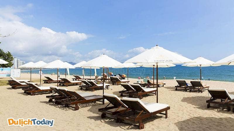 Thư giãn, tắm biển tại khu vực bãi biển của Regalia Nha Trang