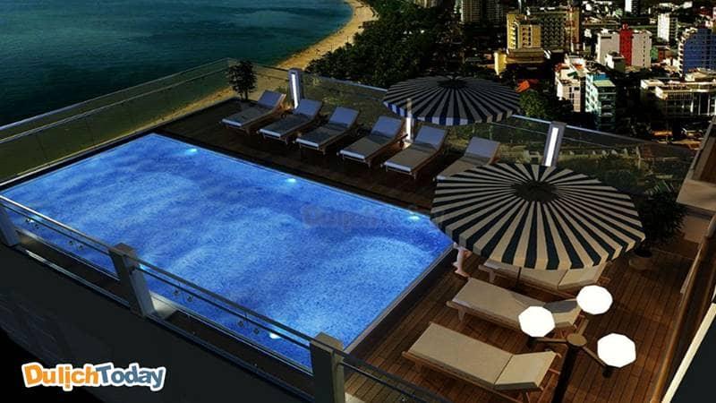 Bể bơi tại Regalia hướng nhìn ra vịnh Nha Trang