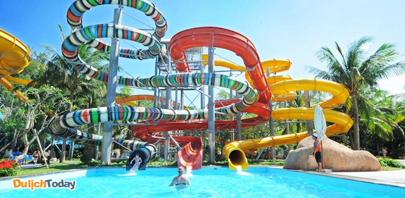 Khu hồ bơi phức hợp Central Park Nha Trang với nhiều trò chơi dưới nước nằm ở gần khách sạn