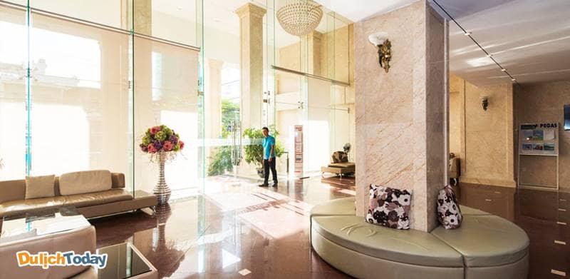 Sảnh khách sạn Galliot có không gian rộng rãi, thiết kế trang nhã