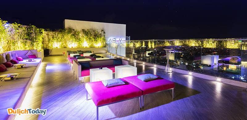 Sky Bar- quán bar của khách sạn Liberty Central Nha Trang nằm trên tầng thượng rực rỡ về đêm