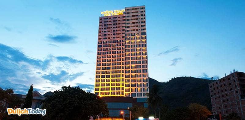 Mường Thanh Grand nằm tại vị trí xa trung tâm thành phố, cách bãi biển Nha Trang 6km
