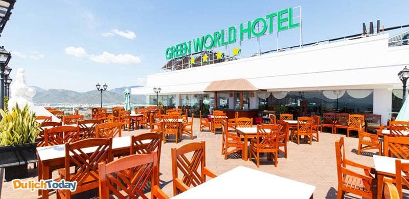 Nhà hàng Paradise Restaurant trên tầng 21 có view nhìn ra biển tại khách sạn