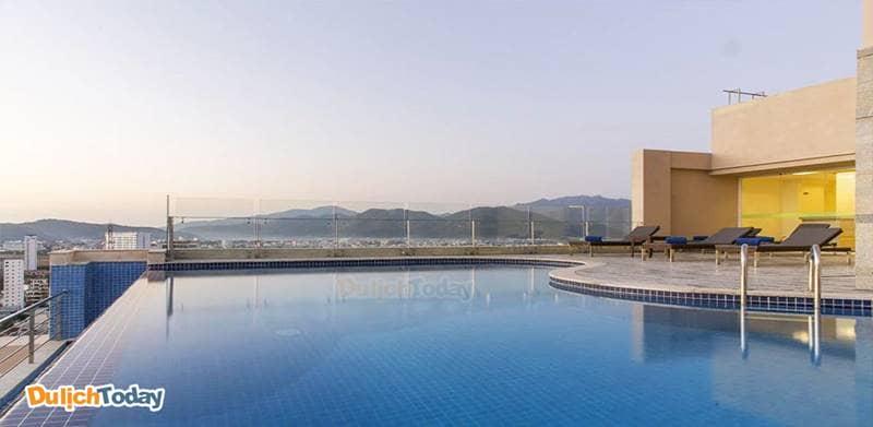 Hồ bơi vô cực ngoài trời tại khách sạn Rosaka Nha Trang mang đến trải nghiệm thú vị cho du khách