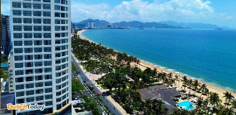 The Light Hotel & Resort có vị trí thuận lợi - sát mặt biển và ngay trong trung tâm