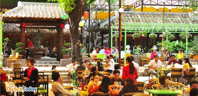 YasakaSài Gòn Nha Trang mang đến nhiều dịch vụ, trong đó có không gian quán cà phê ngoài trời rất được yêu thích