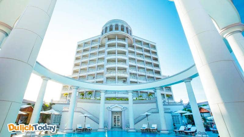Bể bơi với phong cách châu Âu tại khách sạn 5 sao Nha Trang Sunrise Beach